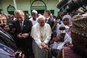 Pope Francis is welcomed to mosque