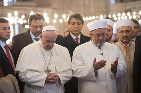 Pope Francis prays with muslims